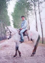 留学中の一番の思い出はやはりコレでしょうか?乗馬を2年3ヶ月ほど、ほぼ毎週通いました。日本では高くてとても出来ないけど、中国ならできました。このような場所で馬にまたがって疾走するのはサイコーの気分でしたよ♪