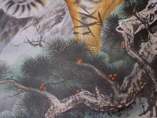 足元の松も大変リアルに描かれています。虎の掛け軸 高級美術印刷 雲上の猛虎 逸品ですよ。 中国高級掛け軸専門ショップ【蘇州山水堂】