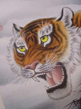 精悍な顔つき。迫力満点ですね。虎の掛け軸 高級美術印刷 雲上の猛虎