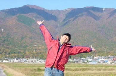 近江舞子は自然がいっぱい! 比良山系がどどんとそびえ、眼前には朝日に黄金色に輝く日本一の琵琶湖がこれまたどどんと広がります。サイコーです♪