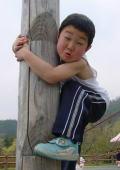 木登り、自転車、釣りなど、外で遊ぶのが大好きYOSHIKI君。